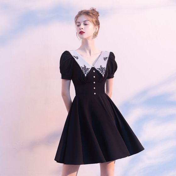 Schlicht Schwarz Heimkehr Abiballkleider 2020 A Linie V-Ausschnitt Geschwollenes Kurze Ärmel Applikationen Spitze Kurze Rüschen Kurzes Schwarzes Kleid