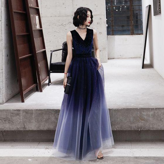 Sternenklarer Himmel Marineblau Abendkleider 2020 A Linie V-Ausschnitt Ärmellos Glanz Tülle Lange Rüschen Festliche Kleider