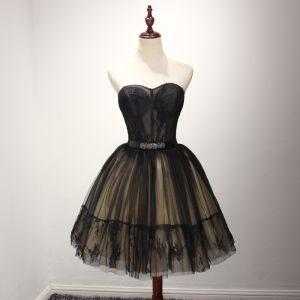 Piękne Czarne Sukienki Koktajlowe 2017 Suknia Balowa Kochanie Bez Rękawów Aplikacje Z Koronki Metal Szarfa Krótkie Wzburzyć Bez Pleców Sukienki Wizytowe