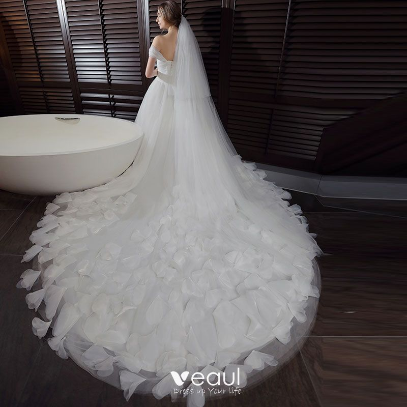 Chic Beautiful Hall Wedding Dresses 2017 White Ball Gown Cathedral Train Sleeveless Shoulders Appliques Backless Feather Flower