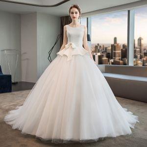 Schlicht Ivory / Creme Brautkleider / Hochzeitskleider 2019 A Linie Rundhalsausschnitt Ärmellos Rückenfreies Perlenstickerei Schleife Sweep / Pinsel Zug Rüschen