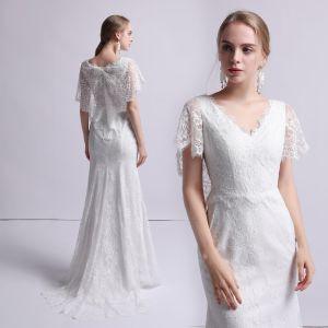 Edles Ivory / Creme Spitze Brautkleider / Hochzeitskleider 2019 Meerjungfrau V-Ausschnitt Kurze Ärmel Sweep / Pinsel Zug Rüschen