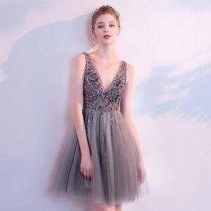 Sexy Grau Cocktailkleider 2018 A Linie V-Ausschnitt Ärmellos Perlenstickerei Pailletten Kurze Rüschen Rückenfreies Festliche Kleider