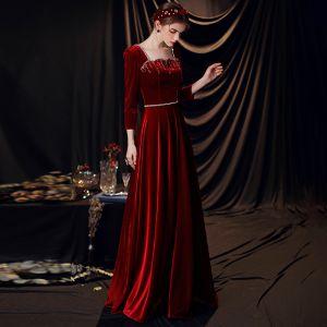 Vintage Burgunderrot Velour Winter Abendkleider 2020 Etui Eckiger Ausschnitt 3/4 Ärmel Perlenstickerei Pailletten Lange Rüschen Rückenfreies Festliche Kleider