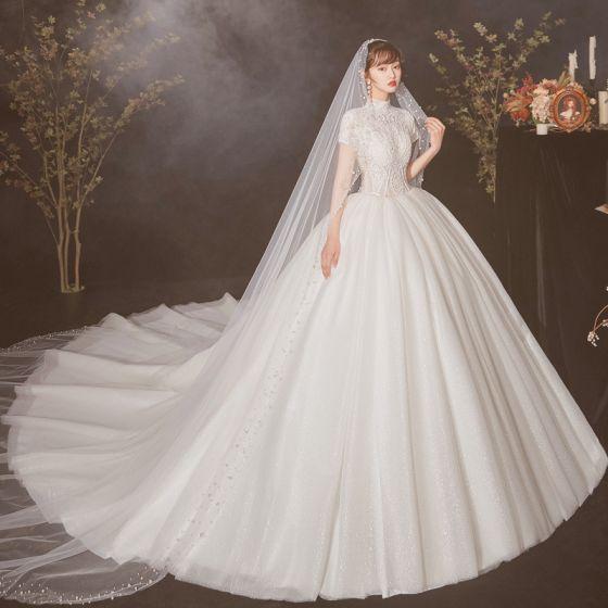 Vintage Ivory / Creme Durchsichtige Brautkleider / Hochzeitskleider 2020 Ballkleid Stehkragen Kurze Ärmel Applikationen Spitze Perlenstickerei Perle Kathedrale Schleppe Rüschen