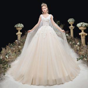 Eleganckie Kość Słoniowa Suknie Ślubne 2020 Suknia Balowa V-Szyja Frezowanie Aplikacje Z Koronki Kwiat Bez Rękawów Bez Pleców Trenem Kaplica