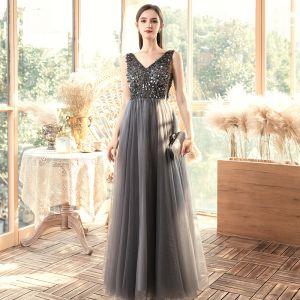Erschwinglich Grau Abendkleider 2020 A Linie V-Ausschnitt Ärmellos Pailletten Perlenstickerei Lange Rüschen Rückenfreies Festliche Kleider
