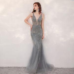 Seksowne Szary Sukienki Wieczorowe 2020 Syrena / Rozkloszowane Przezroczyste Głęboki V-Szyja Bez Rękawów Wykonany Ręcznie Frezowanie Trenem Sweep Bez Pleców Sukienki Wizytowe