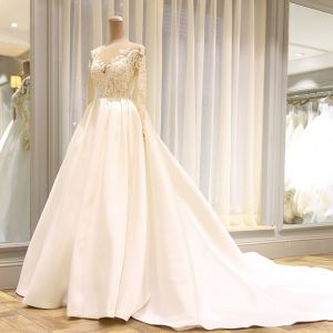 Stunning White Pierced Wedding Dresses 2018 Ball Gown Scoop Neck Long Sleeve Backless Appliques Lace Ruffle Royal Train