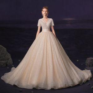 Luxus / Herrlich Champagner Hochzeits Brautkleider / Hochzeitskleider 2020 Ballkleid V-Ausschnitt Kurze Ärmel Handgefertigt Perlenstickerei Perle Glanz Tülle Kapelle-Schleppe