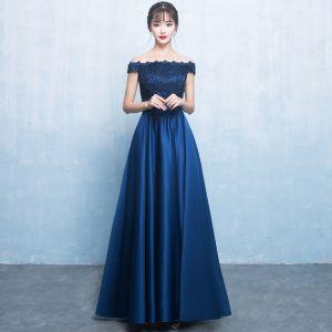 Élégant Bleu Marine Satin Robe Demoiselle D'honneur 2019 Princesse De l'épaule Manches Courtes Noeud Ceinture Longue Volants Dos Nu Robe Pour Mariage