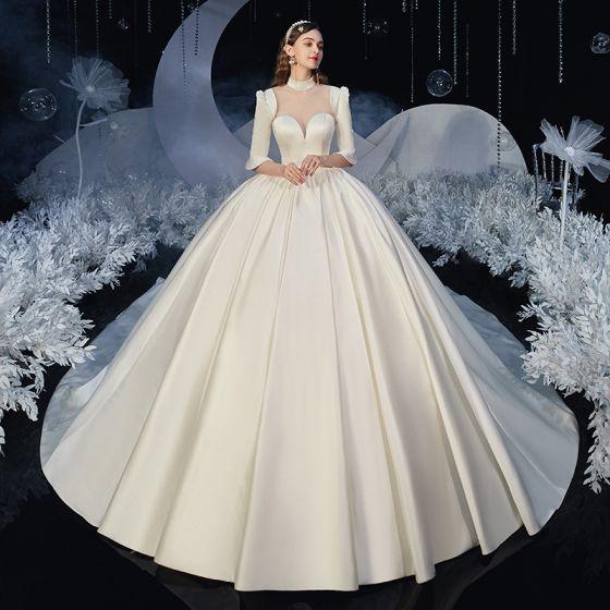 Vintage Ivory / Creme Satin Hochzeits Brautkleider / Hochzeitskleider 2020 Ballkleid Durchsichtige Stehkragen 1/2 Ärmel Rückenfreies Kathedrale Schleppe Rüschen