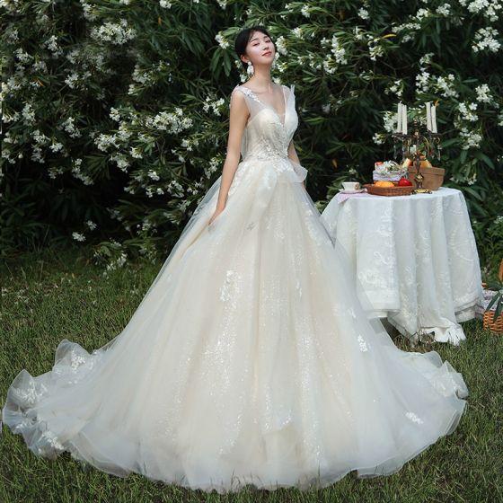 High End Champagner Brautkleider / Hochzeitskleider 2019 A Linie V-Ausschnitt Perlenstickerei Pailletten Spitze Blumen Ärmellos Rückenfreies Kapelle-Schleppe