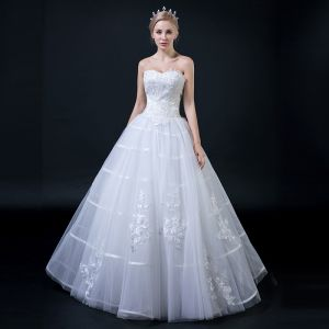 Affordable White Wedding Dresses 2018 Ball Gown Sweetheart Sleeveless Backless Appliques Lace Ruffle Floor-Length / Long