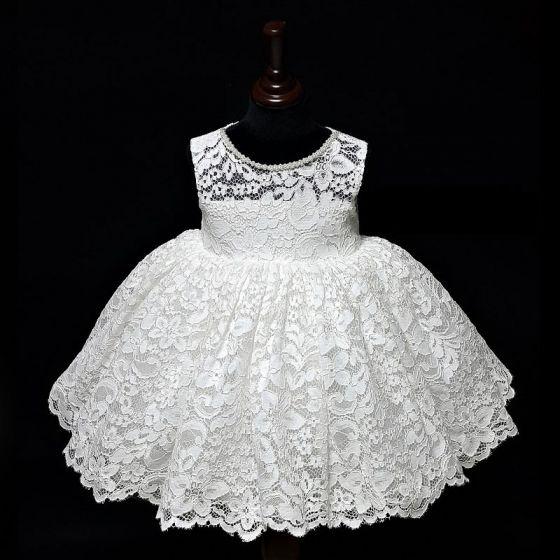 Klassisch Weiß Spitze Blumenmädchenkleider Mit Schal 2020 Ballkleid Rundhalsausschnitt Ärmellos Perlenstickerei Schleife Kurze Rüschen Kleider Für Hochzeit