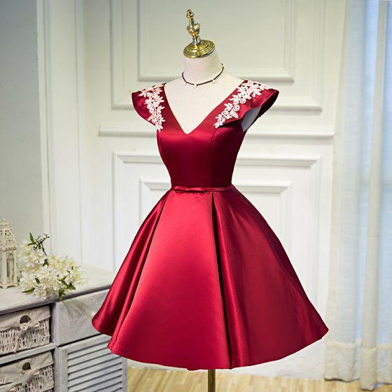 Moda Borgoña de fiesta Cortos Vestidos de graduación 2021 A-Line / Princess V-Cuello Bowknot Con Encaje Flor Sin Mangas Sin Espalda Vestidos Formales
