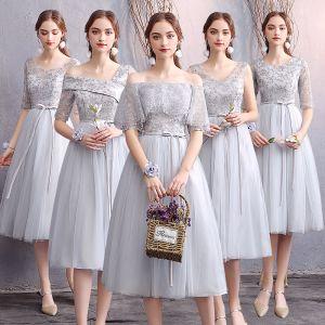 Asequible Gris Vestidos De Damas De Honor 2019 A-Line / Princess Apliques Con Encaje Cinturón Cortos Ruffle Sin Espalda Vestidos para bodas