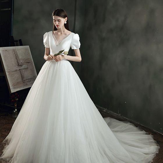 Rimelig Elfenben Satin Bryllups Brudekjoler 2021 Prinsesse Dyp v-hals Puffy Korte Ermer Ryggløse Chapel Train Buste