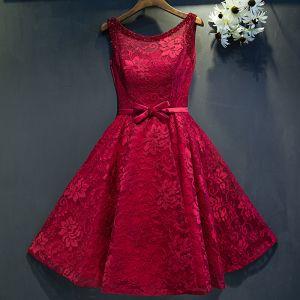 Chic / Belle Rouge Robe De Ceremonie 2017 Princesse En Dentelle Fleur Perlage Noeud Encolure Dégagée Sans Manches Courte Robe De Graduation