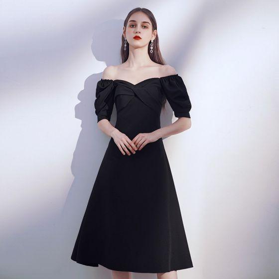 Simple Noire de retour Robe De Graduation 2020 Princesse De l'épaule Gonflée Manches Courtes Dos Nu Thé Longueur Volants Robe Noire Courte