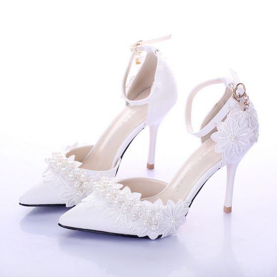 Elegant Hvit Brudesko 2020 Bryllup Perle Ankelstropp Blonder Blomst 9 cm Stiletthæler Spisse Sandaler
