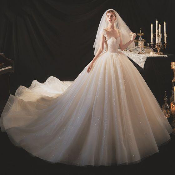 Elegante Champagner Hochzeits Brautkleider / Hochzeitskleider 2020 Ballkleid Rundhalsausschnitt Ärmellos Rückenfreies Glanz Tülle Perlenstickerei Pailletten Kathedrale Schleppe Rüschen