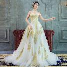 Luxus / Herrlich A Linie Brautkleider 2017 Herz-Ausschnitt Ärmellos Weiß Organza Gold Mit Spitze Rückenfreies Rüschen Hof-Schleppe