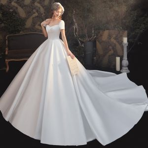 Simple Blanche Satin La Mariée Robe De Mariée 2020 Robe Boule Encolure Carrée Manches Courtes Dos Nu Cathedral Train Volants