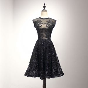 Bling Bling Black Homecoming Graduation Dresses 2018 A-Line / Princess Scoop Neck Sleeveless Appliques Pierced Lace Pearl Beading Knee-Length Ruffle Formal Dresses