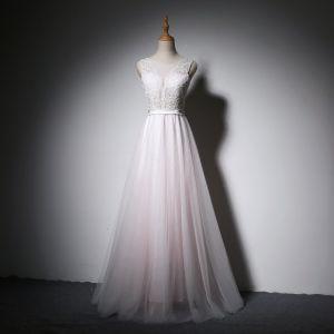 Elegante Weiß Pearl Rosa Abendkleider A Linie 2018 Perle Verdeckter Knopf Mit Spitze Blumen Stoffgürtel Rundhalsausschnitt Ärmellos Lange Festliche Kleider