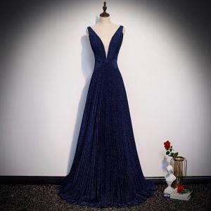 Elegante Marineblau Abendkleider 2020 A Linie Tiefer V-Ausschnitt Ärmellos Glanz Polyester Sweep / Pinsel Zug Rückenfreies Festliche Kleider