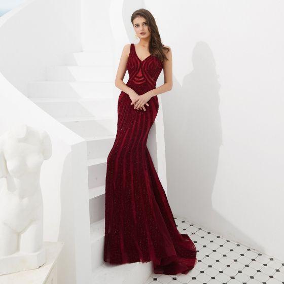 Luksusowe Burgund Sukienki Wieczorowe 2020 Syrena / Rozkloszowane V-Szyja Bez Rękawów Wykonany Ręcznie Frezowanie Trenem Sweep Bez Pleców Sukienki Wizytowe