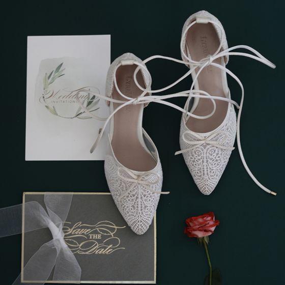 Charmant Blanche En Dentelle Fleur Chaussure De Mariée 2020 Noeud Bride Cheville 7 cm Talons Aiguilles À Bout Pointu Mariage Talons