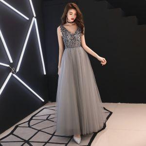 Edles Grau Abendkleider 2019 A Linie Tiefer V-Ausschnitt Ärmellos Pailletten Perlenstickerei Lange Rüschen Rückenfreies Festliche Kleider