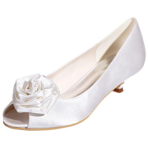 Classy White Bridesmaid Wedding Shoes 2020 Satin Flower 3 cm Low Heel Open / Peep Toe Wedding Pumps