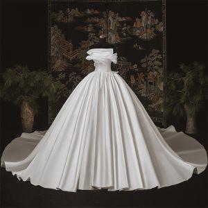 Eenvoudige Luxe Ivoor Satijn Bruids Trouwjurken 2020 Baljurk Strapless Mouwloos Ruglooze Cathedral Train Ruche