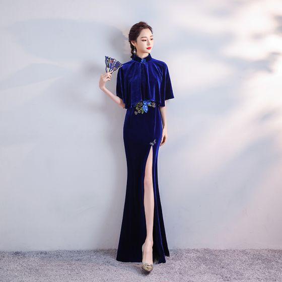 Chinesischer Stil Königliches Blau Velour Winter Abendkleider Mit Schal 2020 Meerjungfrau Stehkragen Kurze Ärmel Applikationen Stickerei Gespaltete Front Lange Rüschen Festliche Kleider