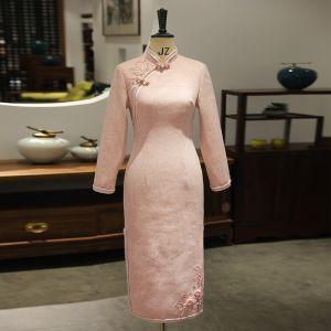 Chinesischer Stil Pearl Rosa Cheongsam 2020 Stehkragen 3/4 Ärmel Applikationen Spitze Perlenstickerei Gespaltete Front Wadenlang Festliche Kleider